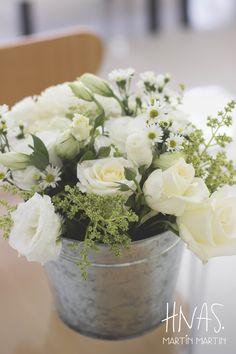 ambientación civil - SUM - casamiento - boda - flores blancas y verdes - decor wedding