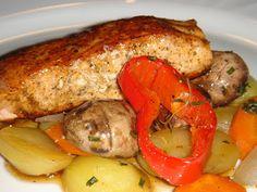 Nem vagyok mesterszakács: Hirtelen sült, fűszeres norvég lazac papírhüvelyben (en papillote) készült zöldségágyon Hungarian Recipes, Fish Dishes, Pork, Turkey, Chicken, Kale Stir Fry, Turkey Country, Pork Chops, Cubs