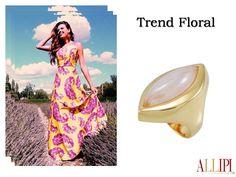 Bom dia! O verão se aproxima e, com ele, a tendência floral, que há muito tempo impera no circuito da moda. #allipijoias #pedrasnaturais #allipi #moda #look #floral #top #semijoias #atacado #showroom #joiasflheadas