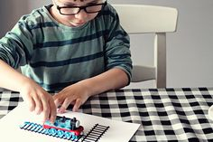 Gratis download t-rails, om een trein met verf over te laten rijden. Free download T-track #train #craft #kids Play To Learn, Early Learning, Free Printables, Education, School, Kids Crafts, Blog, Fun, Easy
