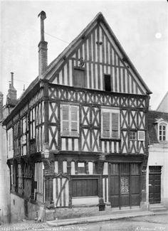 Maison à pan-de-bois sur rue. Joigny, Yonne, Bourgogne #Yonne