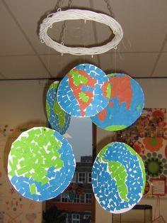 Laat de kinderen een stuk werelddeel mozaieken met papier