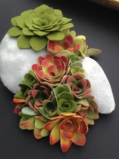 Felt succulent plants and faux stones arrangement di miasole