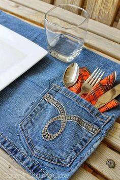 Hottest Pictures Here's a fun way to use your old jeans - Jean Pocket Placemats! Fast, easy and p. Suggestions I really like Jeans ! And much more I want to sew my very own Jeans. Next Jeans Sew Along I'm li Jean Crafts, Denim Crafts, Sewing Hacks, Sewing Crafts, Sewing Projects, Upcycled Crafts, Repurposed, Etsy Crafts, Sewing Tutorials