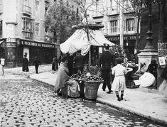 """Plaza de la Cebada, posiblemente en 1897. Tras el quiosco puede verse el rótulo de """"Nuevo Café San Millán"""". En ese mismo lugar existe hoy en día un bar con el mismo nombre."""