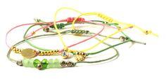 Til det grønne armbånd er der brugt  krystaller, forgyldt kugle med øje samt forgyldte perler. Til det lyserøde armbånd er der brugt forgyldte wireklemmer samt en forgyldt mønt. Til det gule armbånd er der brugt en indfattet krystal med øje. Til det græsgrønne armbånd er der brugt forgyldte 4 mm kugler samt blomst med øje.    Smyks.dk   Smyks.com   Smyks.de  