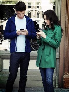 Another view of the awesome green coat Spencer wore on Pretty Little Liars. Pretty Little Liars Episodes, Pretty Litle Liars, Pretty Little Liars Seasons, Toby Cavanaugh, Spencer And Toby, Josh Dallas And Ginnifer Goodwin, The Ellen Show, More Cute, Bonito