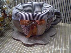 :::SUGESTÕES DE USO: Xícara em patchwork, utilizada para colocar sachês de chá, bombons, balas, torradas, pães de queijo, ovos, sachês de temperos, de açúcares/adoçantes ou para manter a xícara de chá aquecida. Tudo para deixar aquele momento do chá, café, ou lanches com muito requinte e bom gosto. Pode ser usado também para decorar mesas em festas, chá de bebê, batizados, etc. :::::MEDIDAS Largura: 23 cm Altura: 12 cm Profundidade: 17 cm ::::::::DETALHES Tecidos 100% algodão ...