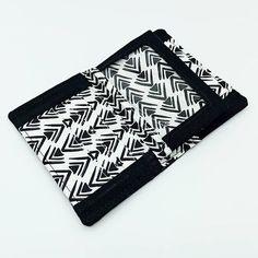 COUSU BY NATH sur Instagram: ✨ PORTEFEUILLE ✨ . COMPÈRE DE SACÔTIN . Voici le petit portefeuille (patron Sacôtin) que j'ai cousu dans des tissus noir & blanc. . J'en…