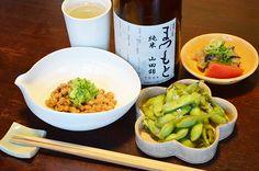 【七味納豆と枝豆】今日は納豆の日ということで、いつもとちょっと違う納豆を買ってみました。七味の入った納豆は、けっこうピリ辛で思ったとおり肴向きです。枝豆も添えて豆尽くしの晩酌。今日のお酒は、京都・松本酒造の「澤屋まつもと」純米酒です。
