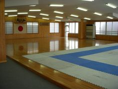 JKA Honbu Dojo Japan - contrast between tatami and hardwood Karate School, Karate Dojo, Martial Arts Gym, Japanese Dojo, Shotokan Karate, Gym Interior, Japanese Interior Design, Boxing Gym, Community Space