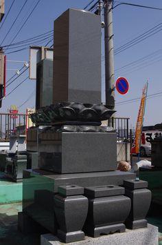 和型の石塔Fセット。石塔、水鉢、花立のセット。上台、中台に蓮華彫刻を施した高級石塔になっています。石は濃い目の灰色の御影石を使いました。