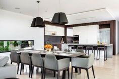 table de salle à manger rectangulaire et suspensions noires
