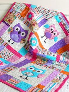 Купить или заказать Детский лоскутный плед (одеяло) 'Совуньи' в интернет-магазине на Ярмарке Мастеров. Авторская работа. Яркое, веселое и вместе с тем нежное одеяло будет отлично смотреться в детской комнате. Может быть использовано как покрывало. Одеяло выполнено в технике пэчворк. За основу дизайна одеяла были взяты ткани и замечательной коллекции Woodland Critters компании SPX FABRICS (США). По мотивам рисунка ткани были выполнены в технике аппликации три совуньи.
