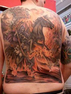 Majestoso volta completa Grim Reaper tatuagem. O reaper é visto para ser executado através de um cavalo preto no meio de um fogo devastador. O reaper é também carregando um monte de esqueletos cabeças percepção de ser ex-morto, as pessoas a quem eles o acompanharam até a morte.