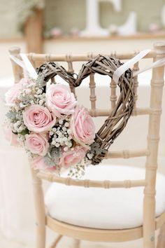 Cadeira com coração e flores - Decoração de Casamento em Tons de Rosa