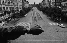 PRAGUE, Czechoslovakia—Invading Warsaw Pact troops in front of the radio headquarters, August © Josef Koudelka / Magnum Photos Magnum Photos, Famous Photographers, Street Photographers, Age Of Adolescence, Font Simple, Prague Spring, Atelier Photo, Fan Ho, True Stories