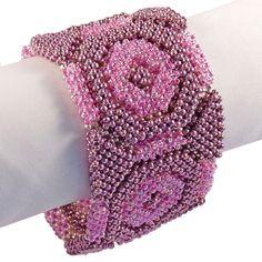Von Hand gefertigtes Glasperlenarmband. Trägt sich wunderbar angenehm und sieht super aus.