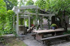 Tukeva pergola on rakennettu valkoisiksi kyllästetyistä parruista. - A sturdy pergola built from white beams. http://www.viherpiha.fi/pihasuunnittelu/puut-ovat-puutarhan-runko