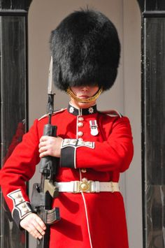 Can the Queen's Guard Really Not React to People While on Duty? Military Guard, Military Men, British Army, British Royals, Queens Guard, British Uniforms, British Armed Forces, Royal Guard, England