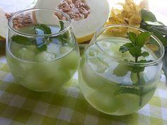 Aprovecha sus bonadades y disfruta de su rico sabor Ingredientes: - 1 trozo de Melón - 1 trozo de pepino sin semillas ni piel - 6 hojas de menta o hierbabuena - Zumo de limón (opcional) Preparación...