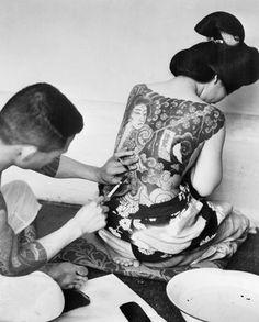 1946: Non potendo indossare i kimono, all'epoca riservati alle classi alte, le donne giapponesi si ribellavano facendosi tatuare il corpo con meravigliosi disegni che ricordavano le stoffe preziose