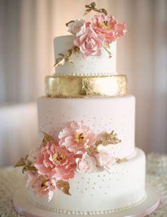 pastel de boda con flores y dorado