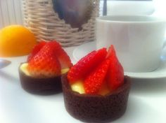 Cestini al cacao con delizia alla fragola