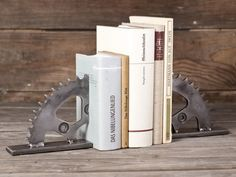 Buchstützen aus alten Motorradteilen ♥ Stahlkunst-Purrer.de Mtb, Sport, Home Decor, Inline Skating, Steel Art, Old Motorcycles, Bicycling, Antique Cars, Metal