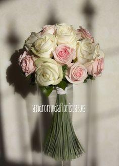 Ramo de novia con rosas en tono blanco y rosa pastel.  Wedding bouquet with white and pink roses.