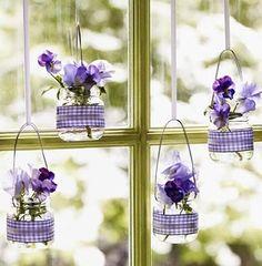 Vidros de conserva pendurados usados como vasos