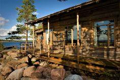 TILAT RAKENNUKSET Asiakkaiden käytössä on kolme tunnelmallista saaristolaisrakennusta: Luotsitalo, Merivartijatalo ja Rantasauna. Kaikki luotsisaaren rakennukset on kunnostettu ympäristöystävällisin menetelmin ja perinteitä vaalien. Tilat on sisustettu aidolla meriantiikilla, suomalaisten tekstiilitaiteilijoiden töillä ja palkituilla vedenalaisvalokuvilla. Oheisesta kaavakuvasta näet, miten