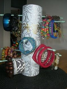 Diy Pringles Can Crafts Jewellery Storage, Jewellery Display, Jewelry Organization, Bracelet Display, Diy Bracelet, Toilet Paper Roll Crafts, Paper Crafts, Paper Paper, Recycled Crafts