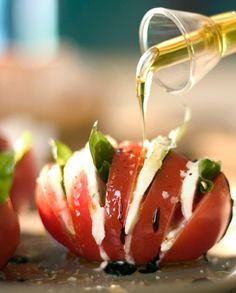 re-designed caprese salad - YUM! We eat Caprese weekly, I will definitely do it this way next. Great Recipes, Favorite Recipes, Cooking Recipes, Healthy Recipes, Cooking Tips, Fast Recipes, Salad Recipes, Healthy Food, Le Diner