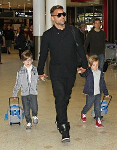 Ricky Martin com os filhos gêmeos, Matteo e Valentino Morales, em aeroporto em Sydney, na Austrália (Foto: AKM-GSI Brasil/ Agência)