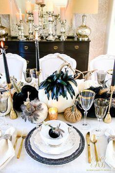 Table glam pour Halloween Halloween Table Settings, Halloween Table Decorations, Halloween Party Themes, Halloween Season, Halloween House, Halloween Design, Spirit Halloween, Fall Halloween, Halloween 2019