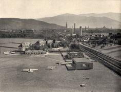 Flugplatz Freiburg 1933    Wunderbare frühe Darstellung des Freiburger Flugplatz aus dem Jahre 1933. Sie entstammt dem Freiburger Universitätsführer aus dem gleichen Jahr.  Der Flugplatz entstand auf dem Gelände einesExerzierplatzesim Nordwesten der Stadt. Dieser war während des Baus der Erbgroß