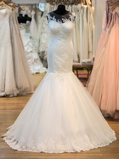 Meerjungfraukleid Modell Belle mit offenem Rücken, wunderschöner Spitze und elegantem Rockrand