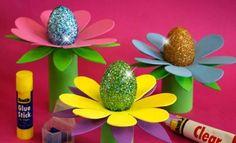 Uova con glitter - Il fiore è stato realizzato con rotoli di carta igienica e cartoncini colorati.