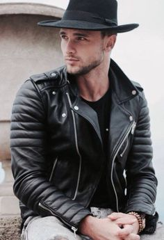 Great looks in fedora with modified classic biker jacket. Fashion leather articles at 60 % wholesale discount prices Leder Outfits, Komplette Outfits, Leather Fashion, Leather Men, Leather Jackets, Stylish Men, Men Casual, Magazine Mode, Hommes Sexy