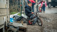 Politie geeft fietslessen aan kinderen van asielzoekers. De Morgen