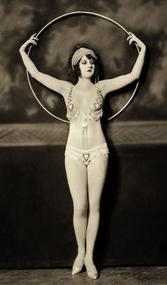 A Ziegfeld Follies girl and her hula hoop. Photograph by Alfred Cheney Johnston, early Cirque Vintage, Burlesque Vintage, Hula Hoop, Vintage Photographs, Vintage Images, Vintage Pins, Vintage Black, Ziegfeld Girls, Ziegfeld Follies