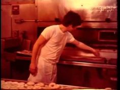 1979 Making bagels by hand in Brooklyn, NY New York Bagel, Best Bagels, Food Design, Recipe Collection, Food For Thought, Brooklyn, Chef's Table, Hands, Breads