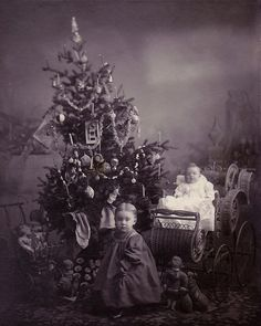 A Victorian Christmas - photograph taken, in the late Vintage Christmas Photos, Victorian Christmas, Retro Christmas, Vintage Holiday, Christmas Pictures, Primitive Christmas, Country Christmas, Old Time Christmas, Ghost Of Christmas Past