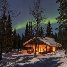 mountain homes Holy Cow! I quite simply love this color choice for this Snow Cabin, Winter Cabin, Cozy Cabin, Lake Cabins, Cabins And Cottages, Cabin In The Woods, Winter Scenery, Log Cabin Homes, Mountain Homes