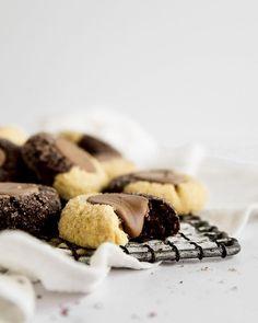 אלפחורס נשיקות • misspetel - בלוג האפיה של שרית נובק, מתכונים מתוקים, מתכוני אפיה - עוגות, עוגיות, מאפים וקינוחים מנצחים Strawberry Meringue, Thumbprint Cookies, Cereal, Eat, Breakfast, Desserts, Food, Pretty, Eton Mess