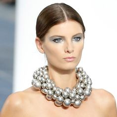 CHANEL SS13 - Paris Fashion Week - #MakeUp #Silver #Maquillaje #Plata Stella Mccartney, Chloe, Couture, Smartphone, Makeup Trends, Silver Color, Beauty Makeup, Pearl Necklace, Fashion Jewelry