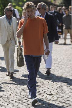 Pitti Uomo 92 Day 1 NSS MAG Julien Boudet Bleu Mode Orange t-shirt baggy pants menswear street style Huuko Koski Baggy Pants, Street Look, Street Styles, Menswear, Normcore, Orange, Shirt, Model, How To Wear