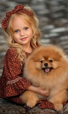Young girl and Pomeranian 💕💕💕💕 Animals For Kids, Baby Animals, Funny Animals, Cute Animals, Cute Little Girls, Cute Kids, Cute Babies, Beautiful Children, Animals Beautiful