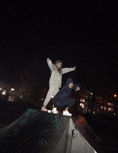 Late at night skatepark friend goals pictures Foto Best Friend, Best Friend Photos, Best Friend Goals, Foto Mirror, Adventure Aesthetic, Camping Aesthetic, Cute Friend Pictures, Night Vibes, Need Friends